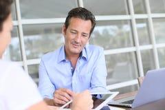 Geschäftsmann, der einen Vertrag mit seinen Kunden aufnimmt stockbild
