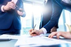Geschäftsmann, der einen Vertrag unterzeichnet Geschäftsmänner besprechen Geschäft stockfoto