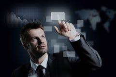 Geschäftsmann, der einen virtuellen Knopf bedrängt Stockfoto