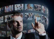 Geschäftsmann, der einen virtuellen Knopf bedrängt Lizenzfreies Stockbild