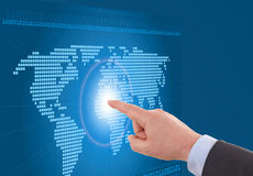 Geschäftsmann, der an einer digital erzeugten Karte arbeitet Stockbild