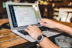 Geschäftsmann, der an einer Kaffeestube mit einem Laptop arbeitet lizenzfreies stockbild
