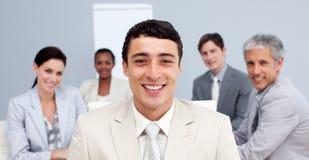 Geschäftsmann, der in einer Sitzung lächelt Stockfoto