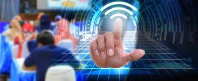 Geschäftsmann, der Elementinternet-Zukunft des Notenknopf wifi Verbindungsikonennetz-Sozialen Netzes bedrängt Lizenzfreie Stockbilder
