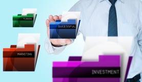 Geschäftsmann, der erfolgreiches Faltblatt auswählt Lizenzfreie Stockfotos