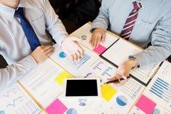 Geschäftsmann, der etwas auf das Seminar unter Verwendung der Tablette an darstellt lizenzfreies stockfoto
