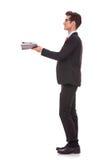 Geschäftsmann, der etwas betrachtet Lizenzfreies Stockbild