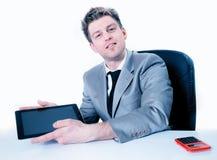 Geschäftsmann, der etwas in einer digitalen Tablette zeigt Stockbild