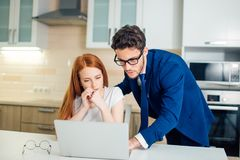 Geschäftsmann, der etwas Frau mit Laptop erklärt Stockfotos