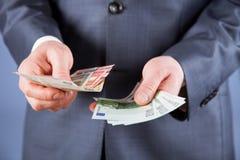 Geschäftsmann, der Eurogeld zählt Stockbilder