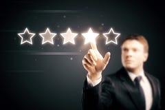 Geschäftsmann, der Fünf-Sternesymbol zeigt lizenzfreie stockfotos