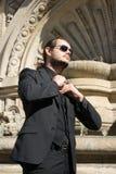 Geschäftsmann, der für eine Sitzung vor einer schönen italienischen Szene erwartet Stockfotos