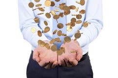 Geschäftsmann, der fallende Münzen übergibt Lizenzfreie Stockbilder