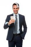 Geschäftsmann, der in fallendem Geld lächelt Lizenzfreie Stockfotografie