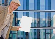 Geschäftsmann, der Faltblatt zeigt Lizenzfreie Stockfotos