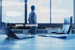 Geschäftsmann, der am Fenster im Büro mit Technologieschichteffekt steht Lizenzfreie Stockbilder
