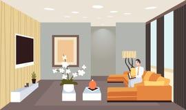Geschäftsmann, der flach auf Couch unter Verwendung Wohnungshauptentwurfs des zeitgenössischen Wohnzimmers des Laptops des Innenm vektor abbildung