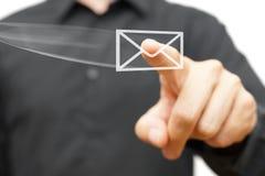 Geschäftsmann, der fliegende virtuelle E-Mail-Ikone bedrängt Stockfoto
