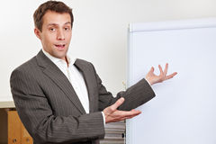Geschäftsmann, der flipchart darstellt Stockbild
