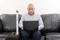 Geschäftsmann, der in Flughafen vip-Aufenthaltsraum arbeitet lizenzfreie stockfotos