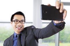 Geschäftsmann, der Foto im Büro macht Lizenzfreie Stockfotos