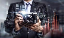 Geschäftsmann, der Foto mit Weinlesekamera macht Gemischte Medien Lizenzfreie Stockfotos