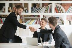 Geschäftsmann, der freundlichen neuen Partner grüßt oder Abkommen mit h macht stockbilder