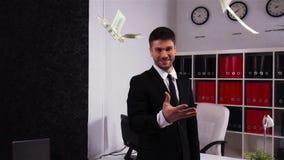 Geschäftsmann, der froh sein Geld in der Zeitlupe wirft stock footage