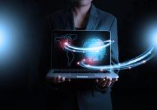 Geschäftsmann, der futuristische Verbindungstechnologie des Laptops hält Stockfotos
