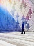 Geschäftsmann, der in Gebäude der architektonischen Gestaltung geht stockfotos