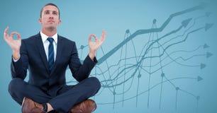 Geschäftsmann, der gegen blauen Hintergrund mit Diagramm meditiert stockbilder
