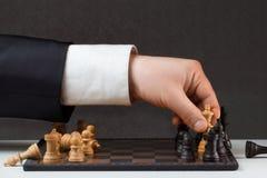 Geschäftsmann, der gegen die Regeln spielt stockfoto