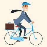 Geschäftsmann, der geht, im Büro durch Fahrrad zu arbeiten Lizenzfreies Stockfoto