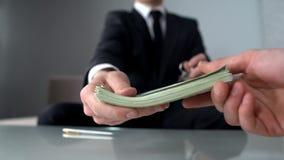 Geschäftsmann, der Geld für Immobilien, Büro für Miete oder Verkauf, Investition empfängt lizenzfreie stockfotografie
