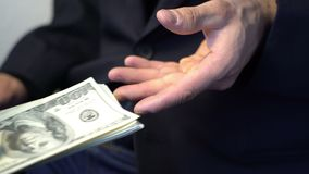Geschäftsmann, der Geld gibt, um in den schwarzen Handschuhen, Verbrechenkonzeptbestechungsgeld zu übergeben stock video footage