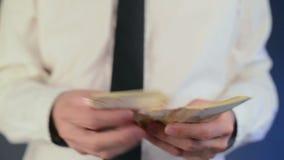 Geschäftsmann, der Geld mit 50 das Eurobanknoten zählt Konzept des Gehalts und der Finanzen stock video footage