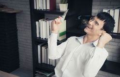 Geschäftsmann, der Geld in seiner Hand feiert lizenzfreie stockbilder