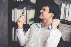 Geschäftsmann, der Geld in seiner Hand feiert lizenzfreies stockfoto
