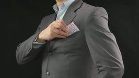 Geschäftsmann, der Geld in Tasche einsetzt Finanzen, Erfolg, Start stock footage