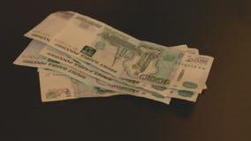 Geschäftsmann, der Geld, Währung des russischen Rubels, an seinen Arbeitsfinanz- und wohlhabenden Konzepten des schreibtisches -  stock video