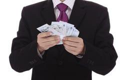 Geschäftsmann, der Geld zählt Stockbilder