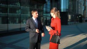 Geschäftsmann, der Geschäftsfrauangebot zurückweist stock video