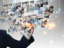 Geschäftsmann, der Geschäftskommunikation bedrängt Lizenzfreies Stockfoto