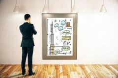 Geschäftsmann, der Geschäftsskizze betrachtet Stockbilder
