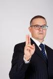 Geschäftsmann, der Geste mit zwei Fingern zusammen angehoben zeigt Stockbild