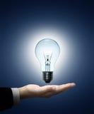Geschäftsmann der Glühlampe in der Hand Lizenzfreie Stockfotografie
