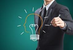 Geschäftsmann, der Glühlampemetapher für gute Idee zeichnet Stockfoto
