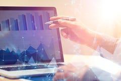 Geschäftsmann, der an globaler Finanzhandelswachstumsanalysestrategie unter Verwendung des Laptops arbeitet Moderne Geschäftsinno lizenzfreies stockbild