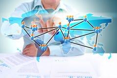 Geschäftsmann, der globales Sozialnetz schreibt Stockbilder