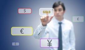 Geschäftsmann, der Goldbildschirm drückt Stockfotos